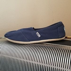 COMFORTABLE TOMS NAVY BLUE SLIP ONS